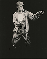 thumbnail link to original 1978 press photo David Bowie on stage Heroes tour.